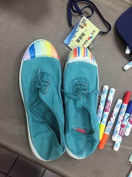 孩子將天馬行空的創意彩繪在鞋子上