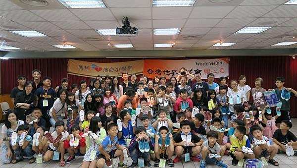 孩童們開心的展示出自己彩繪的鞋子