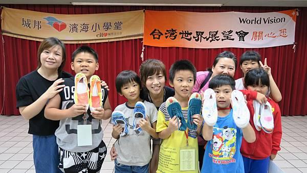 孩子與志工共享一起創作的喜悅