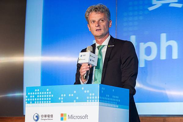 【新聞圖片一】微軟全球資深副總裁暨大中華區首席執行長賀樂賦 (Ralph Haupter) 闡述中華電信與微軟雲端策略聯盟的合作願景