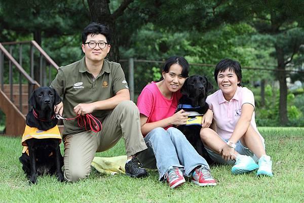 視障朋友靖茹、台韓導盲犬訓練員與導盲犬Tamra及Helen合影