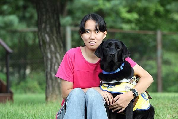 台灣25歲的視障朋友黃靖茹跨海與導盲犬Tamra配對成功