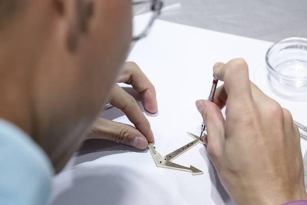 新聞圖說3_互動小遊戲鎖船錨機芯螺絲製錶體驗