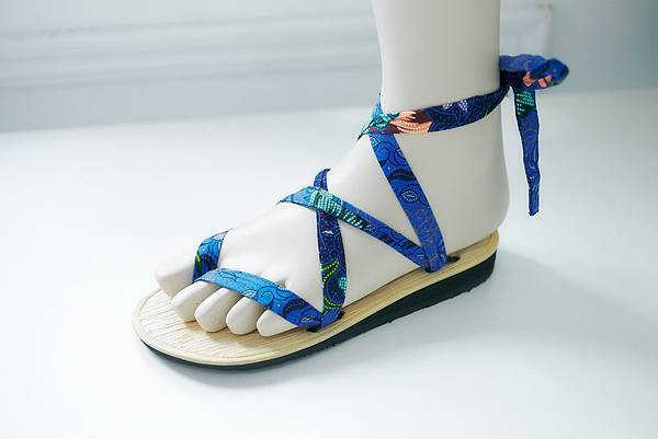 圖2_Betel Life花漾藍百變綁帶涼鞋系列,建議售價NT1,200