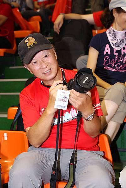 圖說六,參賽者年齡從19歲至65歲,不分男女老少皆滿懷著對攝影的熱情報名此活動,圖為此次最年長〈65歲〉參賽者神采奕奕準備展開今日的挑戰