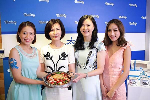由左至右為業務專員Michelle、太食記總經理李亦芬LISA、太食記品牌經理張亞學Claire、泰國剝蟹女神「琳」合影。(照片提供:太食記)