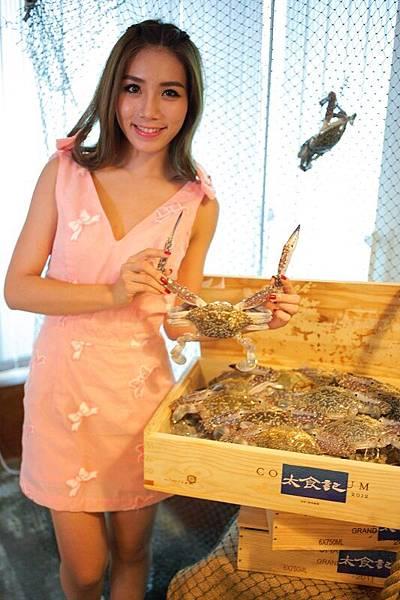 泰國剝蟹女神「琳」示範四步驟輕鬆徒手剝藍鑽蟹。(照片提供:太食記)