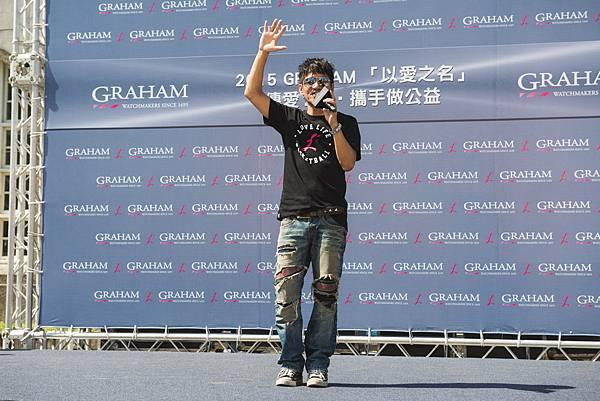 獨立創作音樂人王宏恩為病童熱情獻唱歌曲,與GRAHAM一同傳愛1+1。 (1)