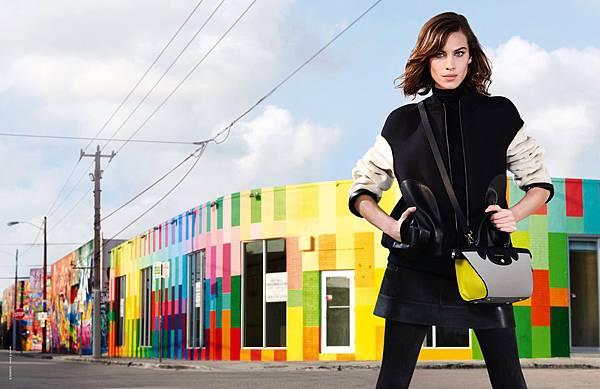 1.Longchamp 秋冬廣告中,艾里珊 ‧ 鍾所配搭的Le Pliage Heritage Mini手袋,大膽撞色的三色調拼接造型,與背景中Wynwood 藝術區的多彩塗鴉相互呼應