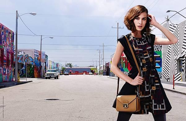 2.Longchamp 秋冬廣告的幾何圖形洋裝與Le Pliage Heritage系列郵差包,完美演繹活力十足的後現代風格