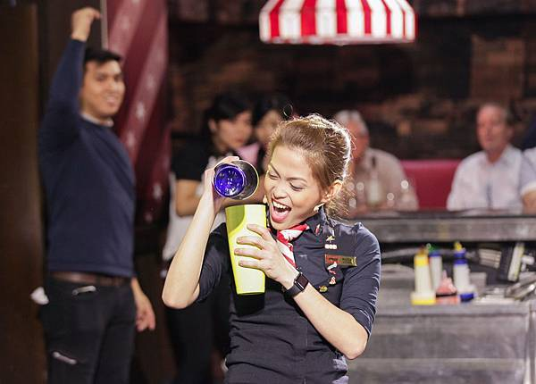來自菲律賓的冠軍選手Ruby Rizza,以國際級的高超花式技巧表現,和獨特舞台魅力深獲評審的青睞及讚賞。(圖由TGI FRIDAYS提供)