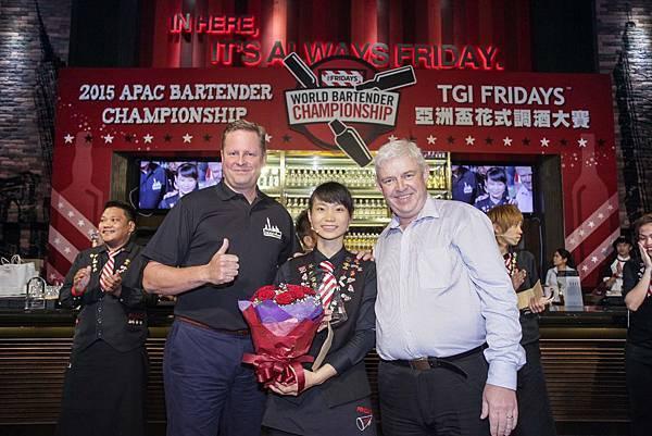 「2015 TGI FRIDAYS亞洲盃花式調酒大賽」台灣區的選手代表劉芷伶最後雖然未能奪冠,但還是不負眾望,拿下亞洲第二的好成績,接受TGI FRIDAYS國際部評審的頒獎表揚。(圖由TGI FRIDAYS提供)