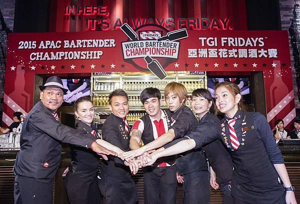 「TGI FRIDAYS亞洲盃花式調酒大賽」七國選手使出渾身解數,經歷兩天的激戰,已於24日晚間完美落幕。(選手合照左到右關島、澳洲、阿拉伯、韓國、日本、台灣、菲律賓。圖由TGI FRIDAYS提供)