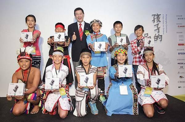 圖說三,Canon台灣佳能資訊總裁 鎌田 篤贈送10位入選佳作的小朋友每人一台全新的數位相機,以鼓勵孩童們完成攝影夢想,希望藉此攝影展能夠開啟孩童的視野。