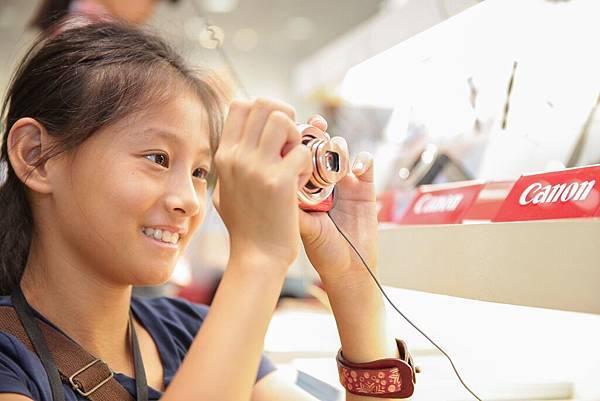 圖說二,孩童們造訪 Canon 客服展示中心,實際體驗各款數位單眼、數位相機等,發現更多攝影的樂趣。