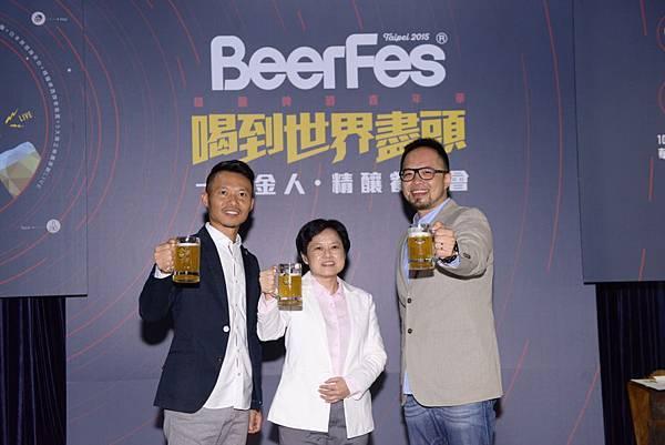 圖二(由左至右) 龍運集團品牌事業處 副總經理 李怡明、金色三麥 副總經理 葉淑芬、龍昇釀造 副總經理 凃宏慶,一同舉杯慶賀金色三麥精釀啤酒閃耀國際舞台