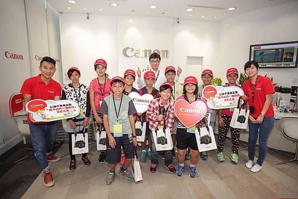 圖說一,Canon邀請孩童在會前參觀台北客服展示中心,希望他們能更瞭解攝影與器材的相關知識,未來能成為影像工作的生力軍。