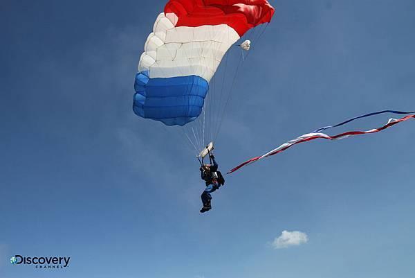 高空傘訓的首要任務是克服對高度的未知恐懼踏出機門,再來能正確地調整、修正出機門的姿勢與肢體,靈活操控傘具準確降落更是需要長期的經驗累積