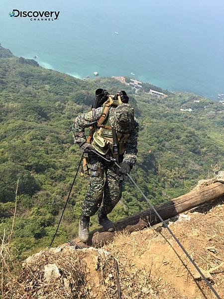 節目中可見黑衣部隊如何深入崎嶇叢林,身揹近30公斤背包在漫天鋪地的藤蔓中跨步行軍,同時還要迅速無聲確實地完成任務