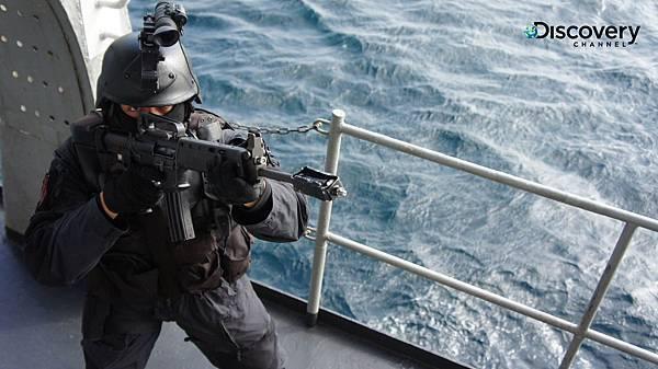 黑衣部隊在起伏不定的浪湧上以沉重撐桿固定,身扛50公斤裝備的隊員一個個潛入到高達3層樓高的船上,埋伏狙擊、搶救人質,其中一個環節出差錯都可能致使任務失敗、身陷危機