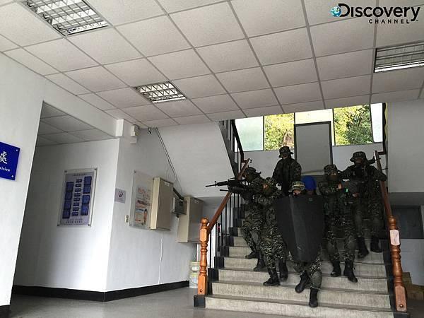 黑衣部隊分成小組進行室內空間射擊訓練,培養隊員間的完美默契