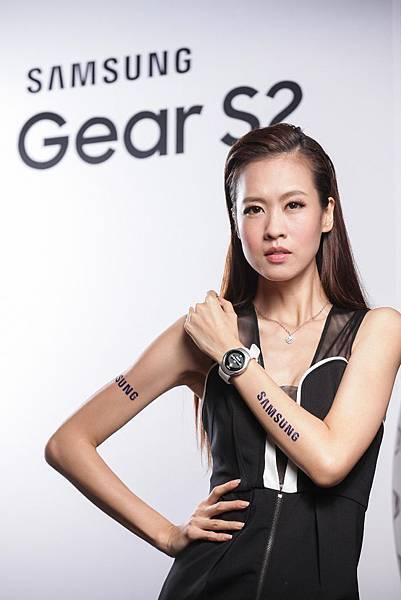 全新的 Gear S2採用無線充電技術,讓充電更便利,同時擁有更長的待機時間。
