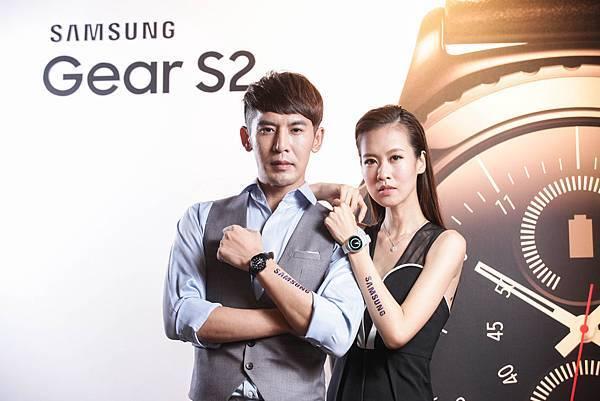 Gear S2完美融合經典的旋轉錶環與創新的科技技術,首創搭載轉控錶環,配合觸控式螢幕和側邊按鈕!