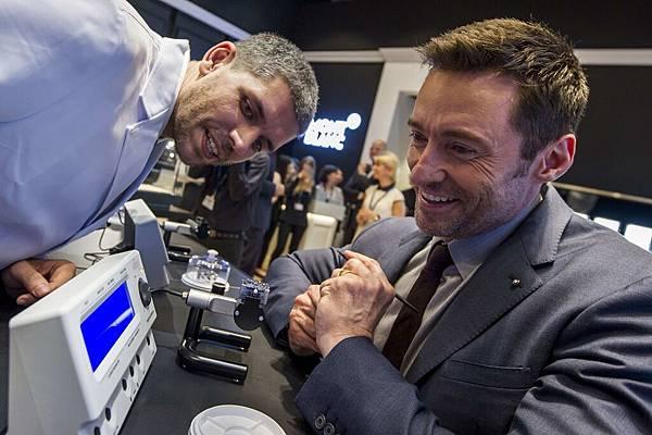萬寶龍品牌大使休傑克曼於亞洲高級鐘錶展的萬寶龍活動欣賞機芯檢測流程