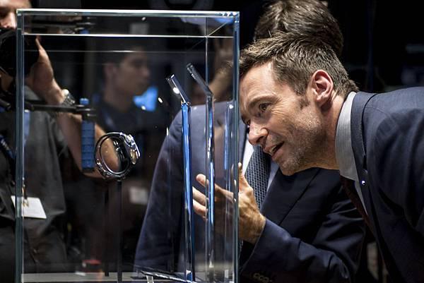 萬寶龍品牌大使休傑克曼仔細欣賞萬寶龍最新錶款