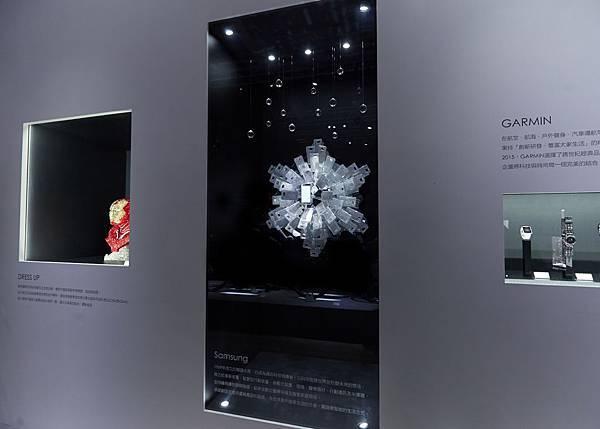 特殊設計的Swarvoski for Samsung水晶晶鑽背蓋,堆疊設計成一朵半立體美麗綻開的水晶雪絨花