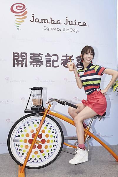 【圖6】熱愛運動的宋米秦嘗試「Jamba Bike」飛輪踩踏,親自榨出營養滿分的果昔!