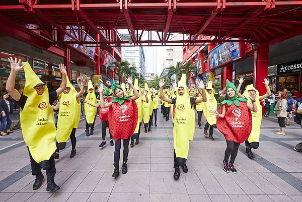 【圖1】Jamba Juice在台開幕,Banana man 與Strawberry Sister在信義區街頭快閃大跳熱情奔放的加州舞蹈,宣告正式進駐信義商圈