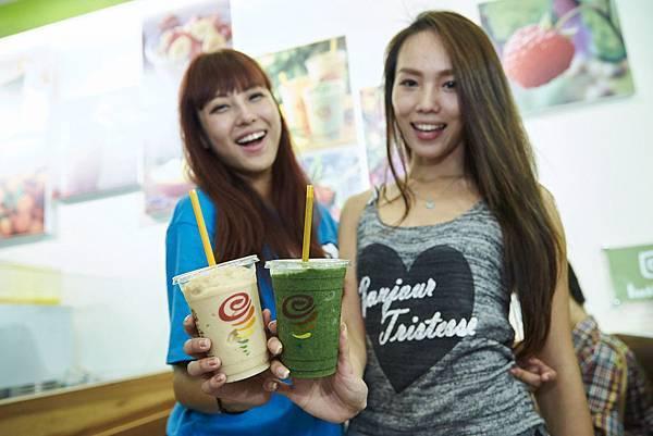 【圖8】Jamba Juice自信之作「完美蘋綠Apple 'n Greens」(圖右),運用蘋果草莓汁、芒果、香蕉、水蜜桃,與波菜完美結合,讓深色蔬菜變得更好喝!台灣限定口味「芭娜娜了莓Gotta Love Guava」(圖左),採用寶島盛產的芭樂,搭配香蕉、草莓製成,只在台灣喝得到!