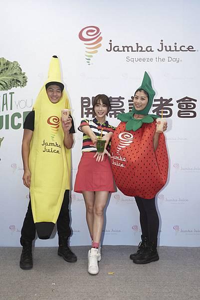 【圖3】超愛喝果昔的宋米秦擔任Jamba Juice台灣開幕大使,與Jamba Juice的Banana man、Strawberry Sister帶來活力加州舞蹈,慶賀開幕