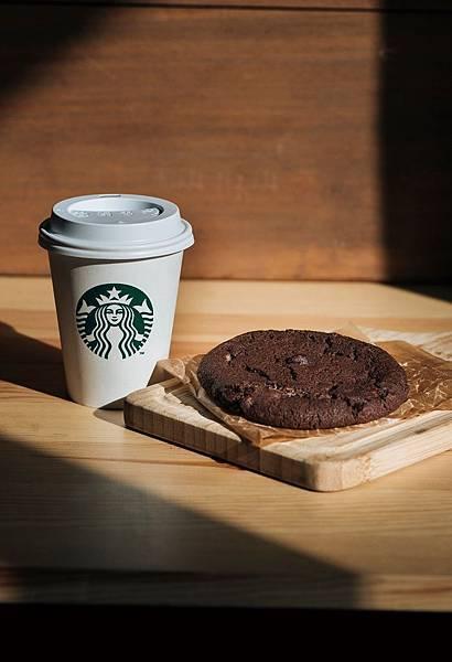 統一阪急台北店_元旦只要在二樓夢廣場大聲呼喊2016的新年新希望,就可以免費獲得星巴克每日精選咖啡以及棉花糖巧克力手工餅乾一份