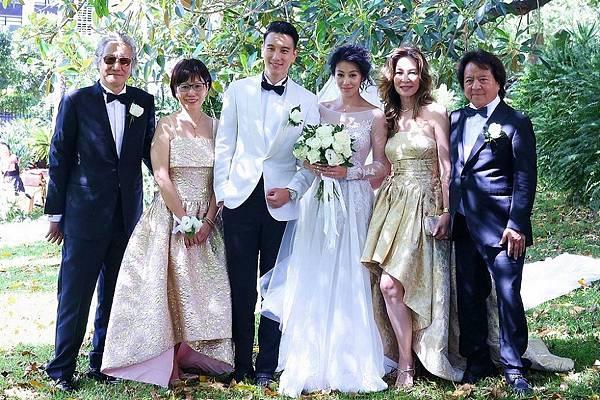 11.王陽明身著Ermenegildo Zegna白色禮服,其父親和岳父則同時選擇了低調優雅的Ermenegildo Zegna傳統黑色禮服,一同在樹下合影
