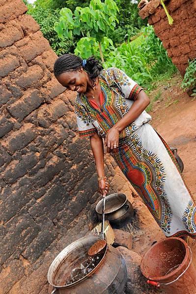 西非布吉納法索正在提煉雪亞脂的婦女