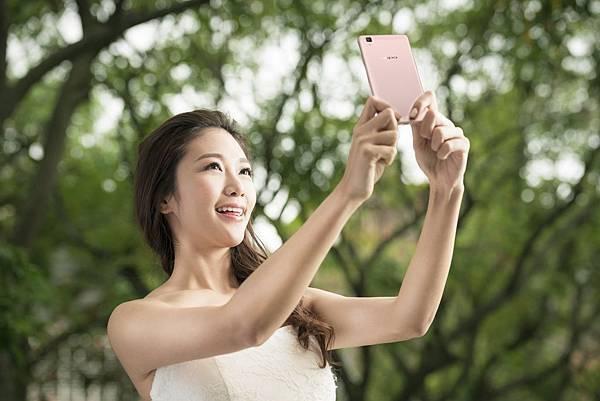 玫瑰金閃耀 一體成形圓潤外型搭配2.5D AMOLED超美型弧面螢幕