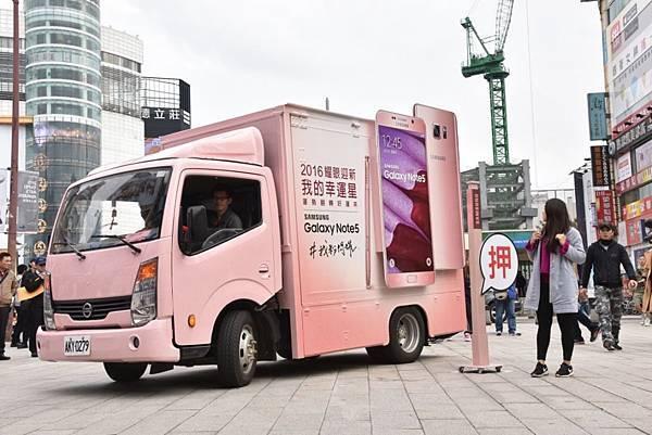 台灣三星打造「三星轉運車」歡喜迎新,特別邀請「寶島叫賣哥-葉昇峻」與消費者進行歲末年終骰好運大PK