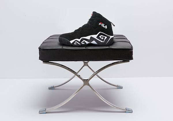 知名達拉斯小牛隊3J之一『野獸』Jamal Mashburn所代言的MB復刻籃球鞋,造型設計與球風同樣狂放不羈_NT$3,580