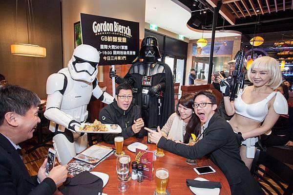 GB鮮釀 林口三井Outlet店邀請Star Wars 501軍團與現場民眾拍照合影