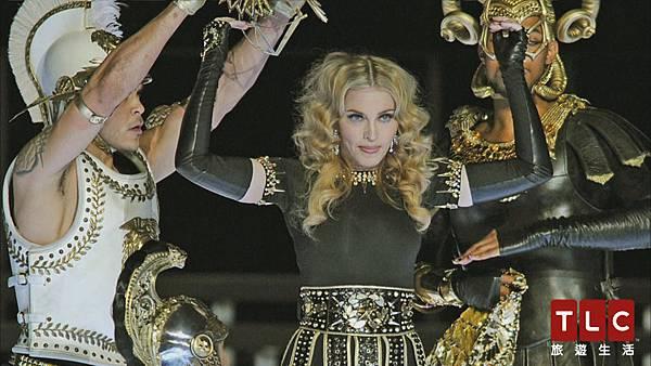 瑪丹娜化身性感神鬼戰士華麗登上超級盃舞台
