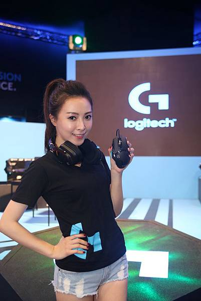 新聞照片一:羅技電競滑鼠G502 Proteus Spectrum RGB可調校遊戲滑鼠,融合外型與性能的完美搭配,2016台北國際電玩展首賣登場!