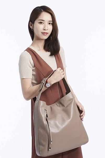 圖1_時尚部落客玄玄以溫暖茶色系連身長褲穿搭詮釋aBoutmi自然風尚方形側背包