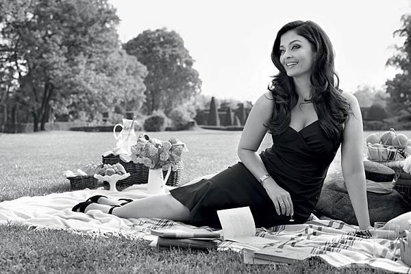 浪琴表全球代言人、印度寶萊塢影星Aishwarya配戴浪琴表新多情系列錶款