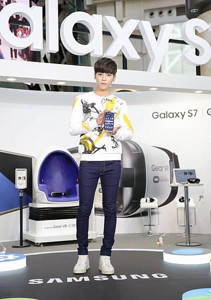 畢書盡一身青春活力風格服裝帥氣現身旗艦手機Galaxy S7活動現場