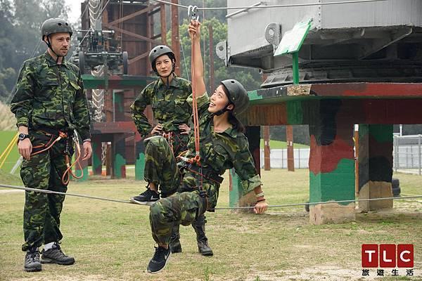 Janet指導學霸女神Connie Cao 練習在平地上高空繩索