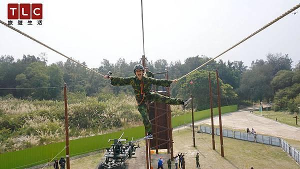 Janet挑戰3層樓 約9公尺高空的鋼索