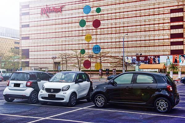 兩部smart fortwo演繹「共享車位」,以其小巧身形突破框架思維,舒緩交通市政問題。