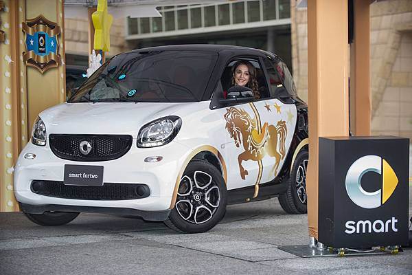 性感都會女郎瑞莎駕駛以smart fortwo打造的成人旋轉木馬,展示fortwo引以為傲的最小迴轉直徑。